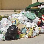 Camion di rifiuti bloccati all'ingresso della discarica di Costa Gigia a causa della morosità del comune