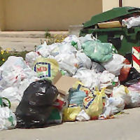 Allarme igiene - Strade invase dai rifiuti «Troppi sporcaccioni»