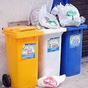 Il comune ha acquistato bidoni di plastica multicolor per favorire la differenziata
