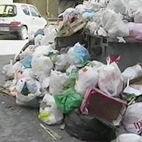 Esalazioni nauseabonde dai cassonetti pieni di spazzatura