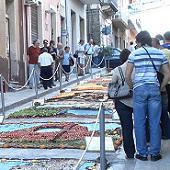Inverdurata, realizzati i mosaici lungo il ciottolato di via Roma