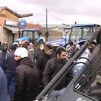 FORZA D'URTO - Esplode la rabbia di braccianti e agricoltori.