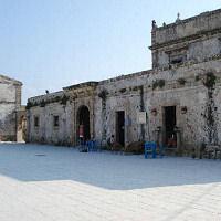 Strade e porto: il borgo marinaro si rinnova