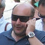 Il consigliere Midolo si lega ai cancelli del Municipio